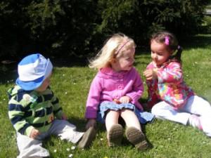 Dzieci na łące koło fontanny